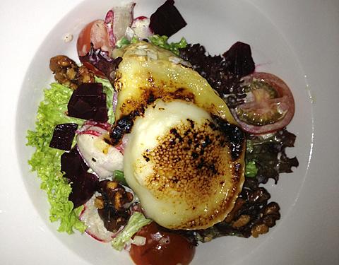 Salat med varm geitost og rødbetter
