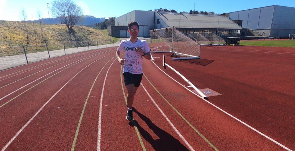 Løper 10 meter per krone donert til sykehusklovnene