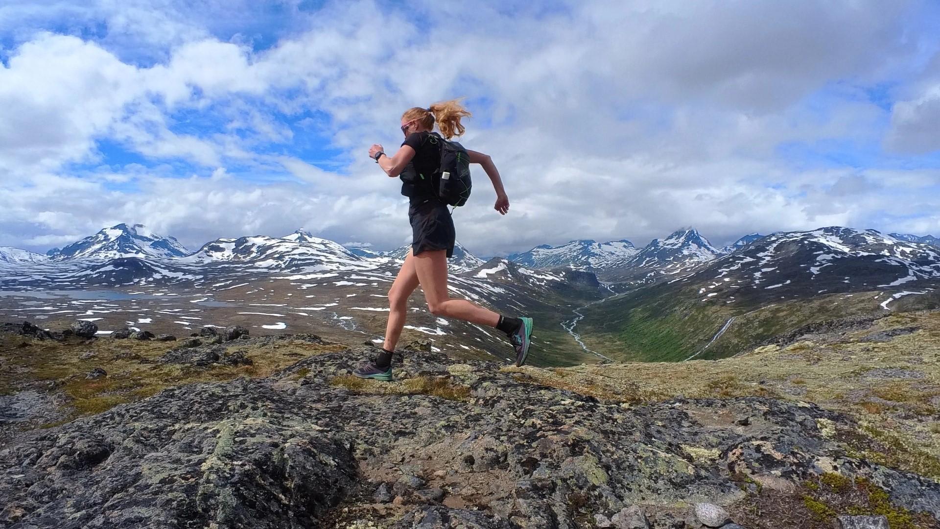 Løpende jente i fjellheimen